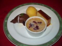 デザート盛り合わせ(チョコレートムース・シフォンプディング・チェリーのクラフティー・マンゴーソルベ)